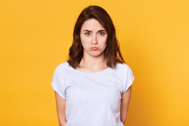 Retrato de infeliz mulher bonita com lábios curvas