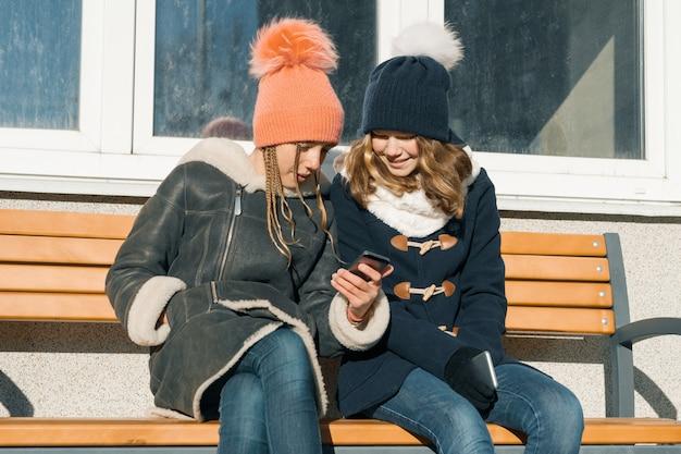 Retrato de inverno ao ar livre close-up de duas adolescentes