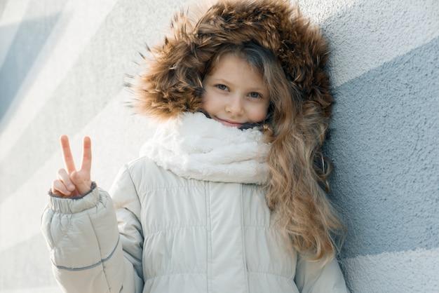 Retrato de inverno ao ar livre close-up de menina loira criança