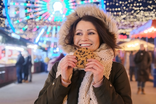 Retrato de inverno ao ar livre de uma linda mulher madura feliz, feminina no mercado da cidade