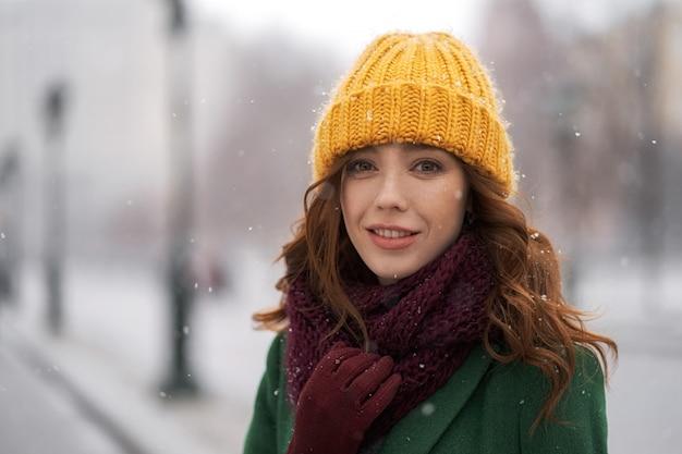 Retrato de inverno bonito de jovem no cenário de inverno nevado
