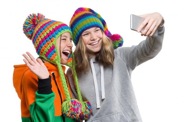 Retrato de inverno de duas amigas adolescentes lindas felizes