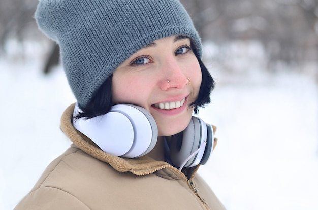 Retrato de inverno de jovem com fones de ouvido
