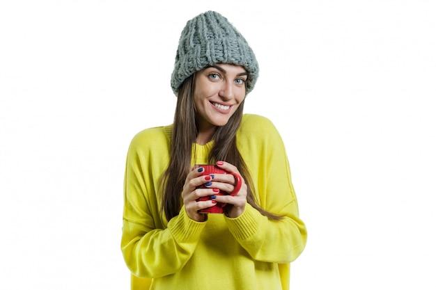 Retrato de inverno de jovem sorridente mulher positiva