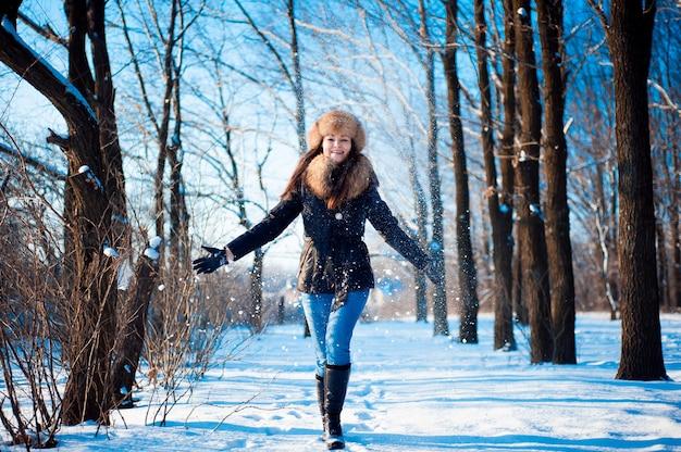 Retrato de inverno de uma menina em tempo frio.