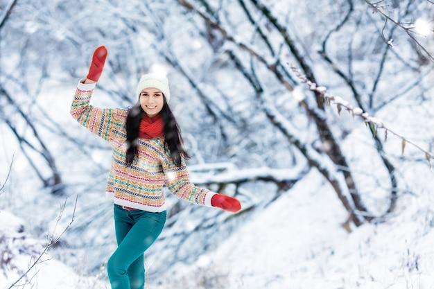Retrato de inverno jovem. beleza alegre modelo menina rindo e se divertindo em winter park