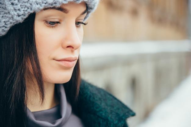 Retrato de inverno jovem. menina de sorriso nova bonita em sua roupa morna do inverno.
