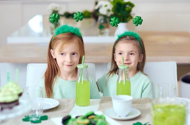 Retrato de irmãos na festa irlandesa