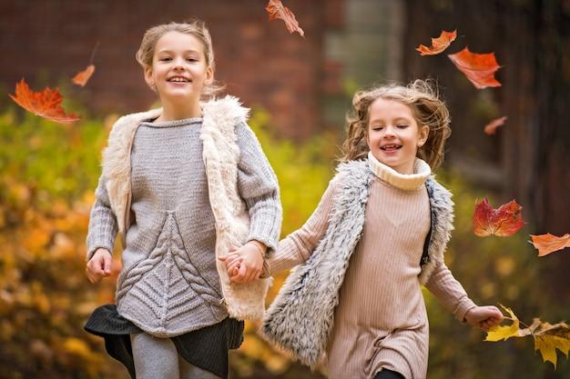 Retrato de irmãs felizes correndo no parque