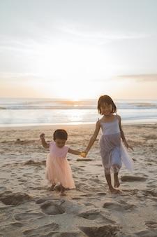 Retrato de irmãzinhas curtindo férias na praia
