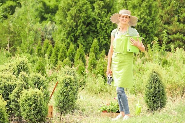 Retrato de jardineira ao ar livre