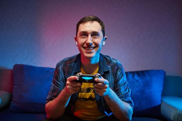 Retrato de jogador brincalhão louco que gosta de jogar videogame