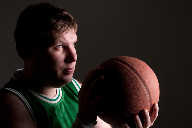Retrato de jogador de basquete com bola