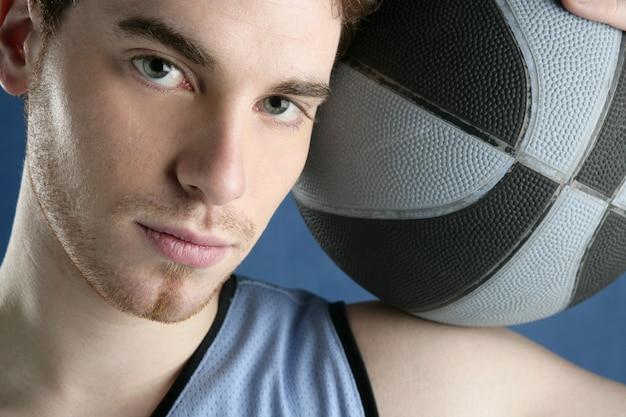 Retrato de jogador de basquete jovem