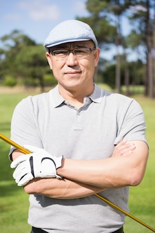 Retrato de jogador de golfe feliz com os braços cruzados