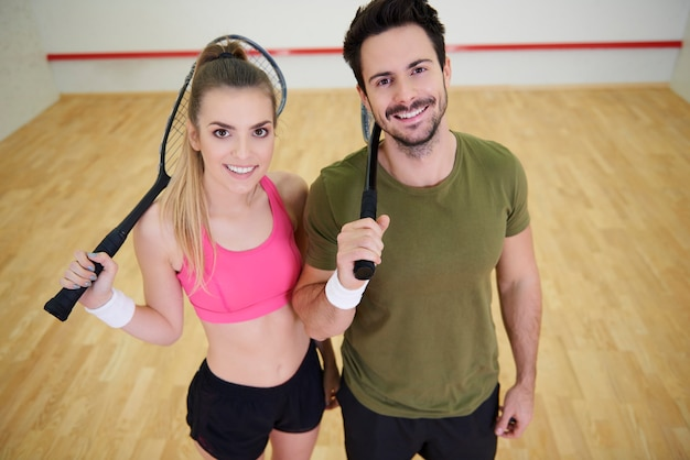 Retrato de jogadores de squash com foguete