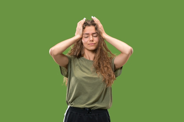Retrato de jovem adolescente com dor de cabeça
