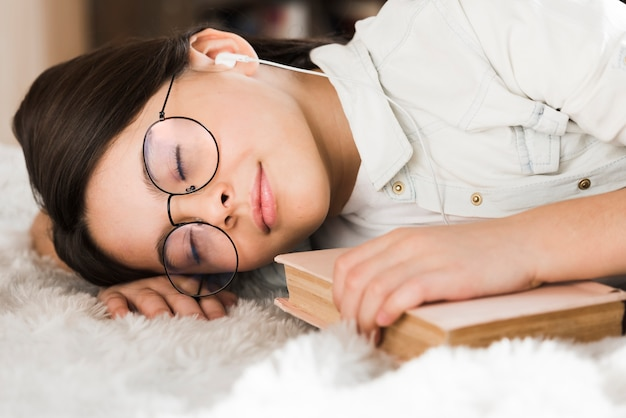 Retrato de jovem adorável dormindo