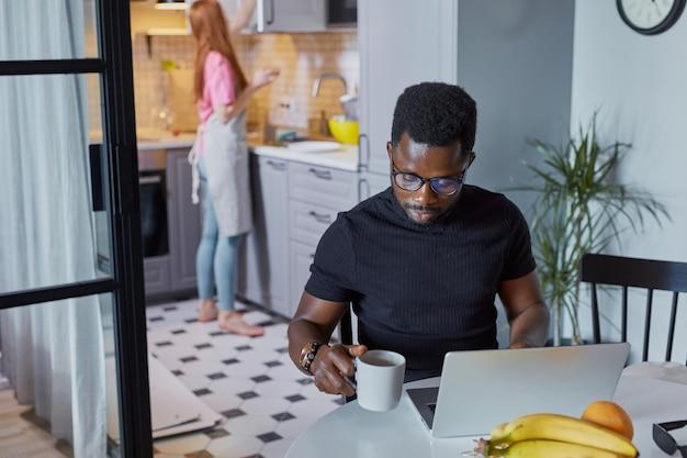 Retrato de jovem africano concentrado no trabalho em casa