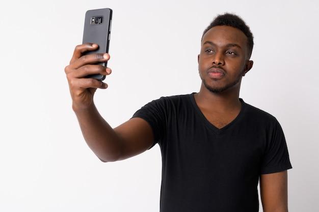 Retrato de jovem africano contra uma parede branca
