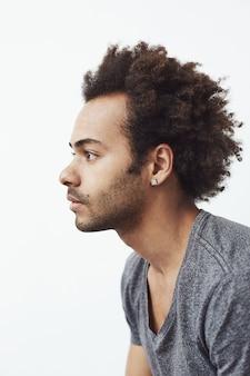 Retrato de jovem africano no perfil.