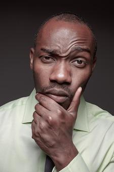 Retrato de jovem africano preto bonito