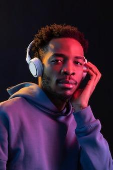 Retrato de jovem afro-americano com fones de ouvido