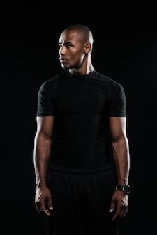 Retrato de jovem afro americano esportes homem, parece longe