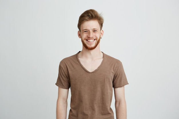 Retrato de jovem alegre feliz com barba sorrindo.