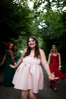 Retrato de jovem ao lado de seus amigos no baile