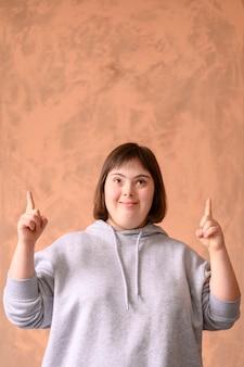 Retrato de jovem apontando para cima com espaço de cópia