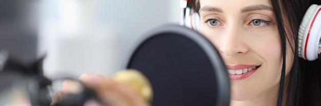 Retrato de jovem apresentadora de rádio anuncia notícias no local de trabalho