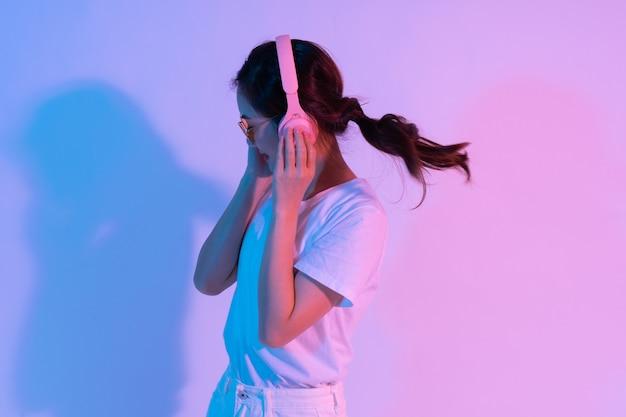 Retrato de jovem asiática usando fones de ouvido