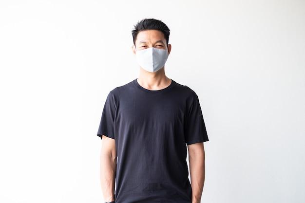 Retrato de jovem asiática usando máscara de tecido caseiro