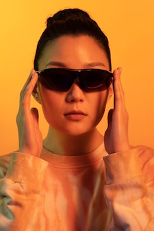 Retrato de jovem asiática usando óculos escuros