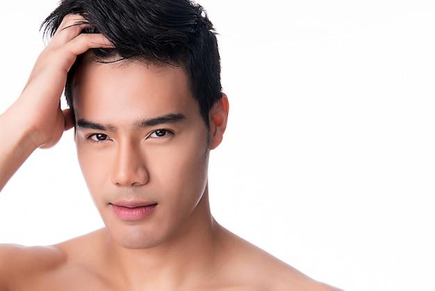 Retrato de jovem asiático bonito. conceito de saúde e beleza masculina, autocuidado, cuidados com o corpo e a pele.