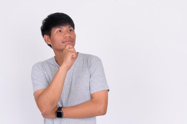 Retrato de jovem asiático em branco