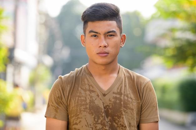 Retrato de jovem asiático na rua ao ar livre