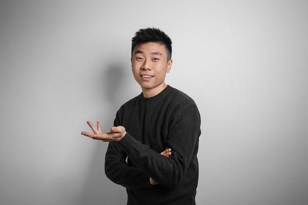 Retrato de jovem asiático na superfície da luz