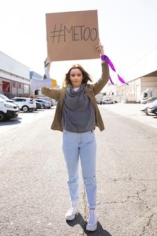 Retrato de jovem ativista protestando