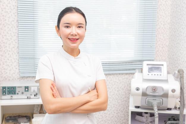 Retrato, de, jovem, atraente, asiático, beleza, doutor, em, dela, tratamento, clínica, centro