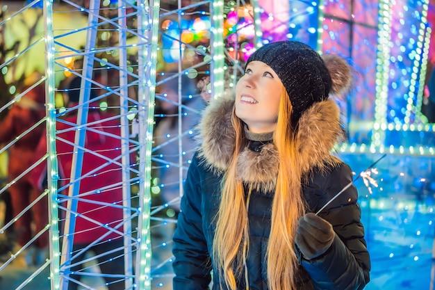Retrato de jovem atraente celebrando com brilhos Foto Premium