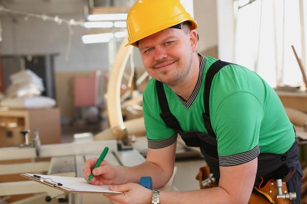 Retrato de jovem atraente no trabalho