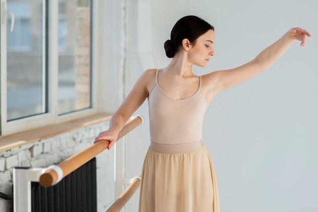 Retrato de jovem bailarina com elegância