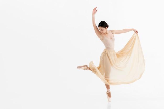 Retrato de jovem bailarina dançando com graça