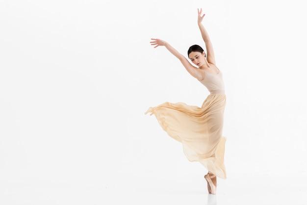 Retrato de jovem bailarina dançando