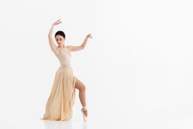 Retrato de jovem bailarina realizando balé