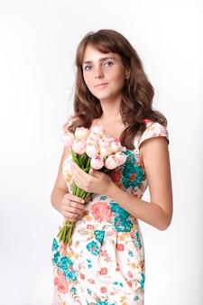 Retrato de jovem bela mulher