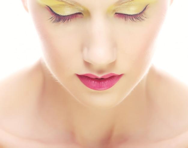 Retrato de jovem beleza com maquiagem multicolorida brilhante.