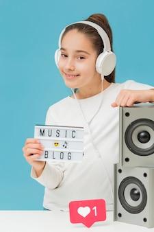 Retrato de jovem blogueiro com fones de ouvido